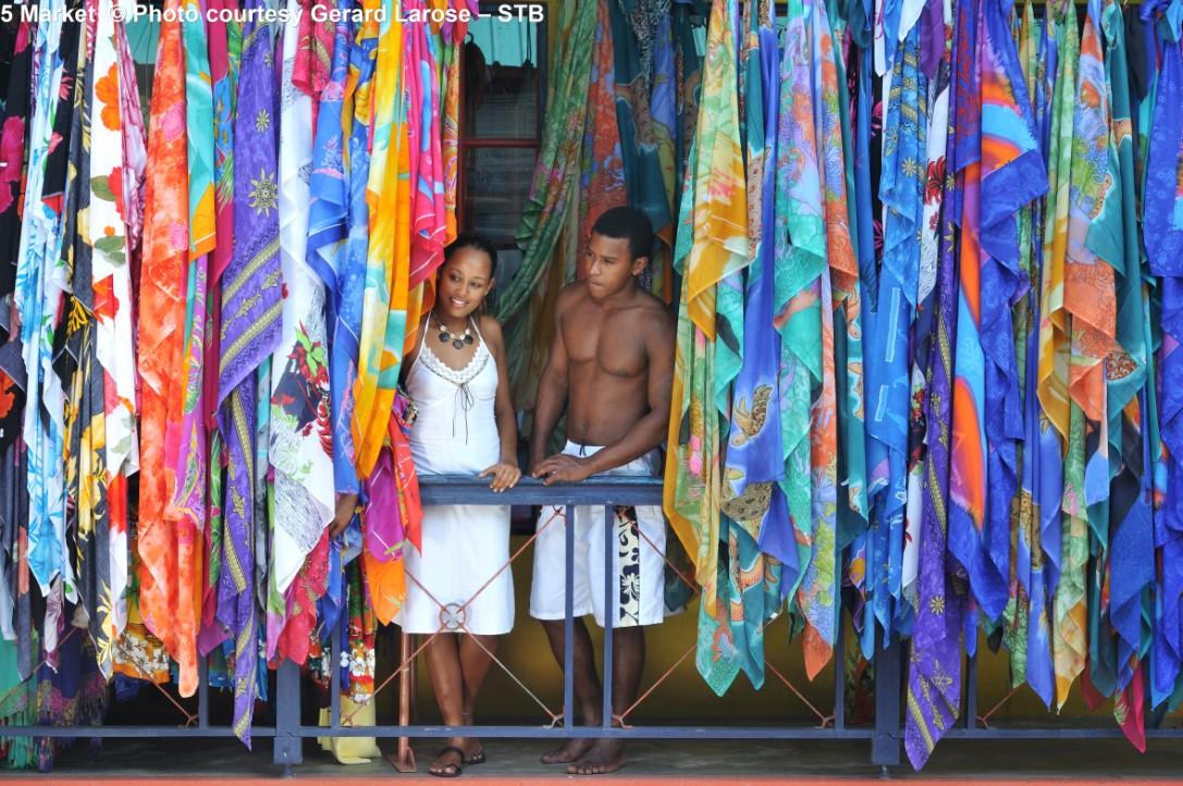 Op de markt man in Viictoria (Mahé) man en vrouw kijken