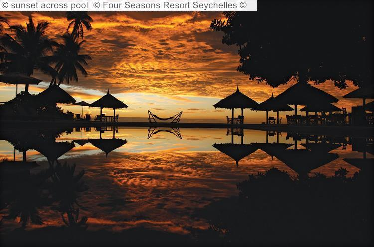 zonsondergang bijacross pool Four Seasons Resort Seychelles