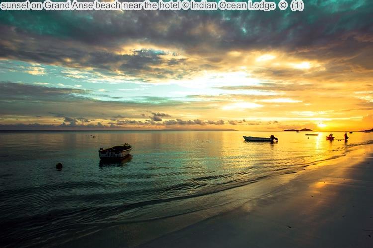 zonsondergang bijon Grand Anse beach near the hotel Indian Ocean Lodge