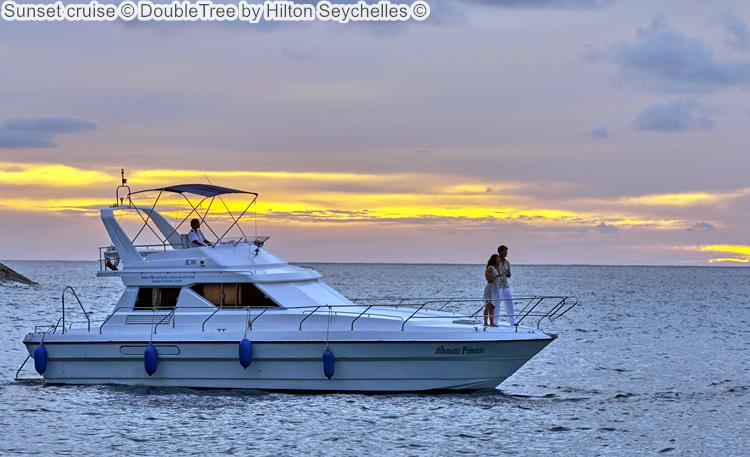 Cruise bij zonsondergang DoubleTree by Hilton Seychelles