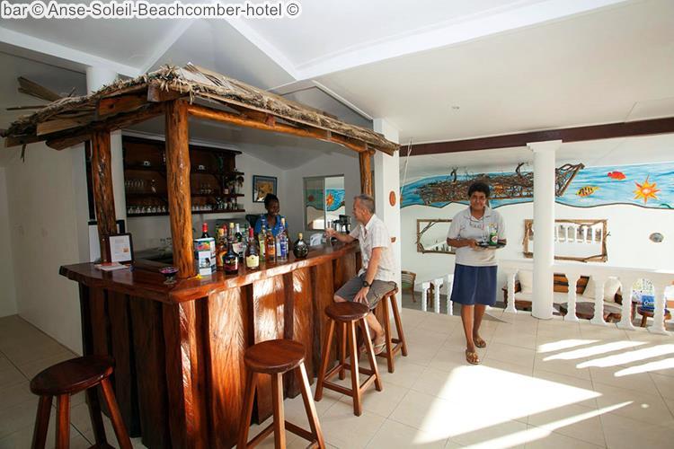 twee personen bij de bar van Anse Soleil Beachcomber hotel Mahé Seychellen