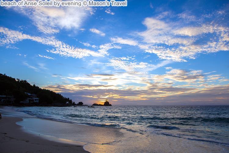 strand van Anse Soleil bij zonsondergang Mahé Seychellen