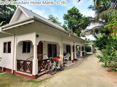 buitenzijde en tuin Casadani Hotel Mahé