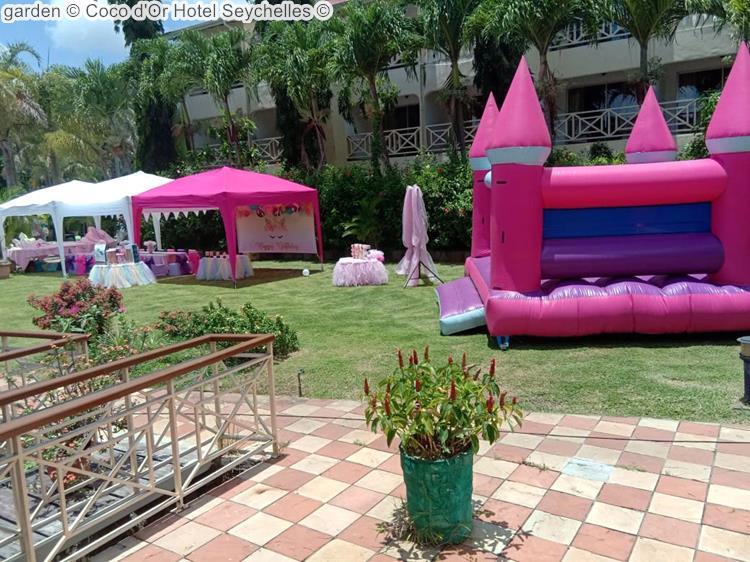 tuin met speeltoestellen en tent Coco d'Or Hotel Seychellen
