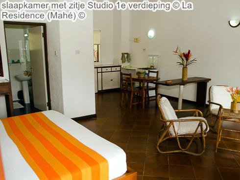 slaapkamer met zitje Studio e verdieping La Residence Mahé