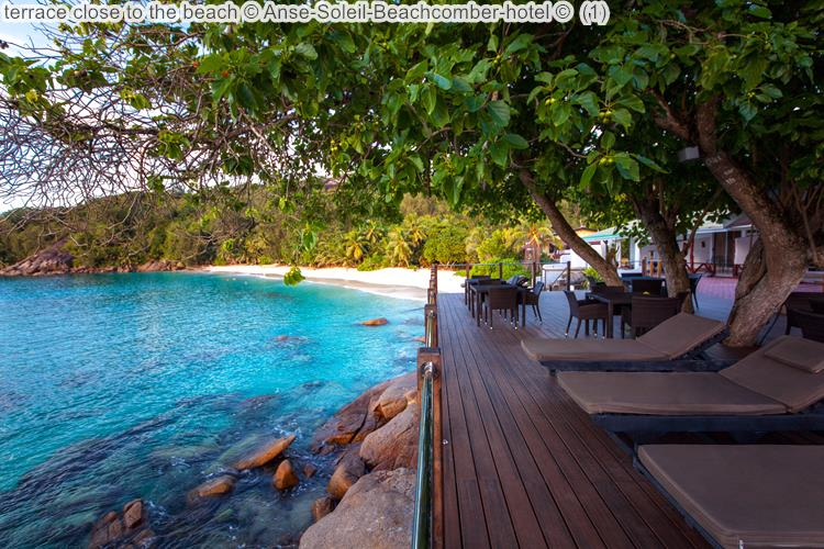terras van Anse Soleil Beachomber met uitzicht op het strand Mahé Seychellenvan Anse Soleil