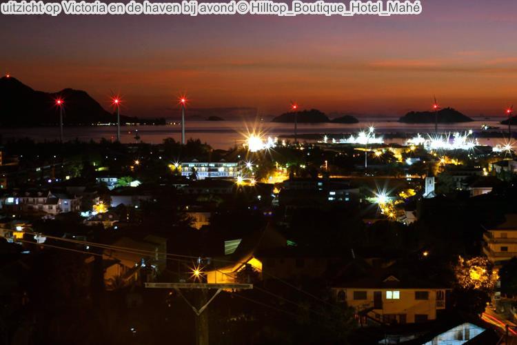 uitzicht op Victoria en de haven bij avond Hilltop Boutique Hotel Mahé