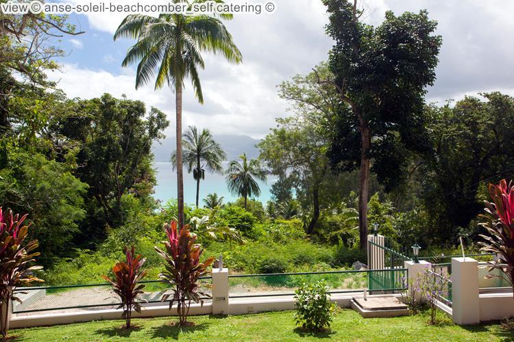 gezicht op de tuin van anse soleil beachcomber self catering Mahé Seychellen