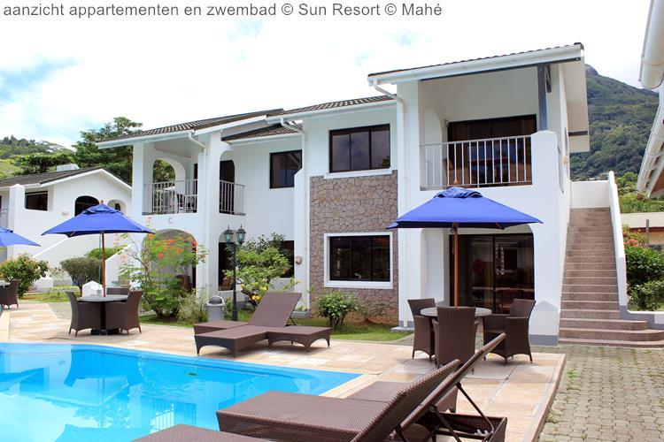 aanzicht appartementen en zwembad Sun Resort Mahé