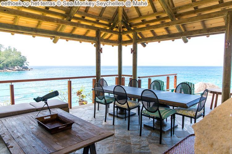 eethoek op het terras Sea Monkey Seychelles @ Mahé