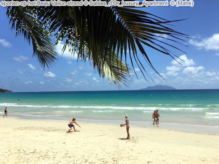 sporten op het Beau Vallon strand Sables d'Or Luxury Apartment Mahé