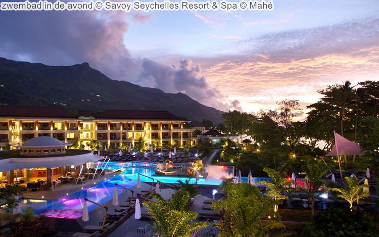 zwembad in de avond Savoy Seychelles Resort & Spa Mahé