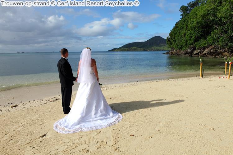 Trouwen op strand Cerf Island Resort Seychelles