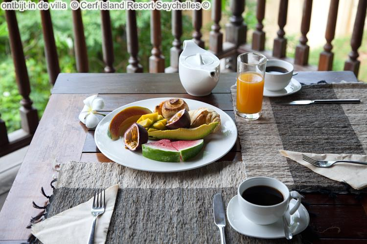 ontbijt in de villa Cerf Island Resort Seychelles
