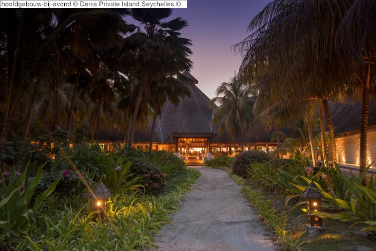 hoofdgebouw bij avond Denis Private Island Seychelles